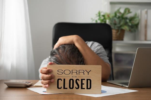 O dono da empresa está estressado e desapontado.