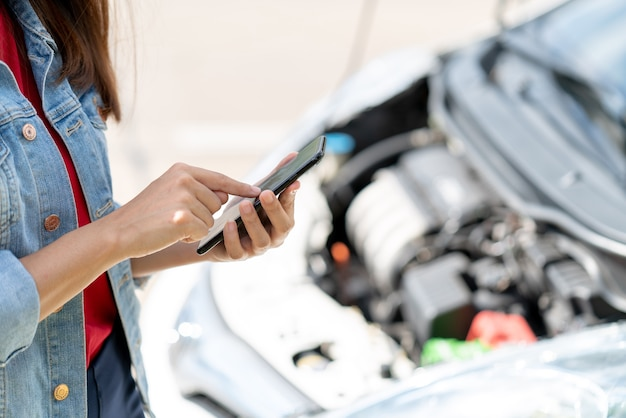 O dono do veículo usando o telefone de internet contata seguro de carro