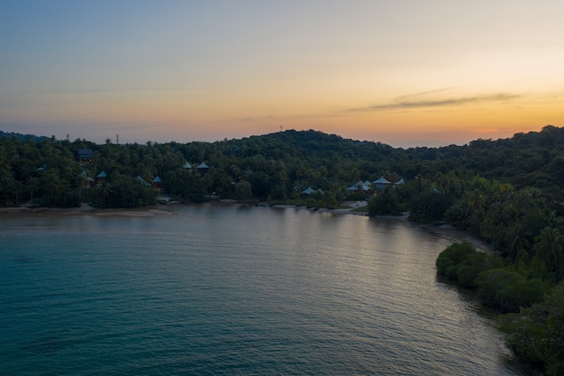 O drone disparou no resort e hotel luxury but eco community nas montanhas da ilha de kohkood, no leste da tailândia.