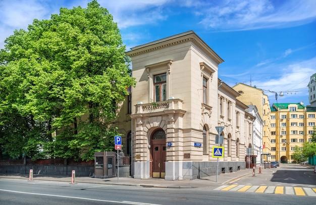 O edifício da mansão ponizovsky (embaixada afegã) na rua povarskaya em moscou em um dia ensolarado de verão. legenda: skatertny lane