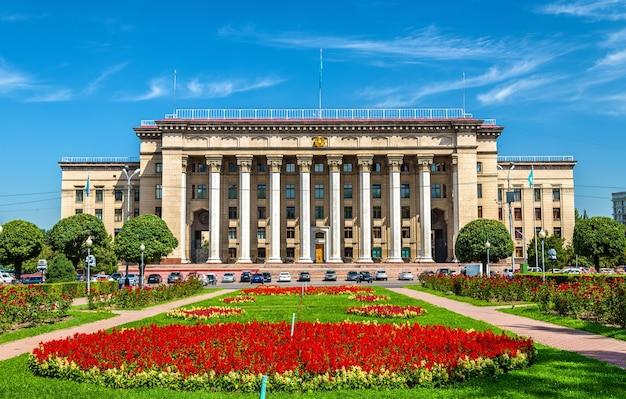O edifício da universidade técnica cazaque-britânica em almaty, cazaquistão. antiga casa do governo.
