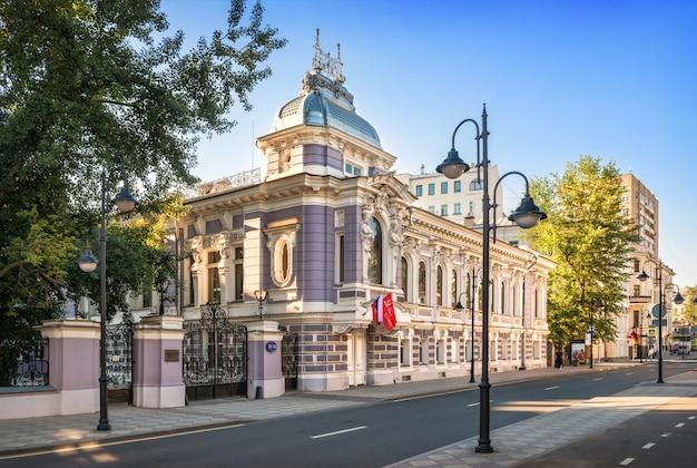 O edifício da velha mansão de korobkov na rua pyatnitskaya em moscou sob os raios do sol da manhã de verão