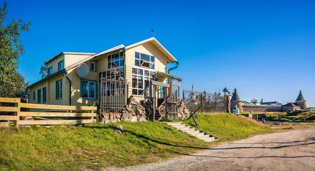 O edifício de madeira do shelter hotel nas ilhas solovetsky