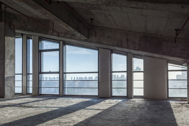 O edifício de negócios vazio moderno