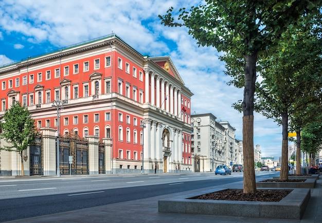 O edifício do governo de moscou na rua tverskaya no início da manhã ensolarada