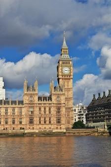 O edifício do parlamento britânico na cidade de londres, inglaterra, reino unido