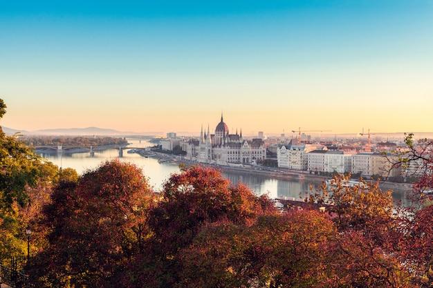 O edifício do parlamento húngaro no nascer do sol