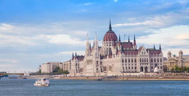 O edifício do parlamento húngaro, um marco notável da hungria e um destino turístico popular de budapeste.