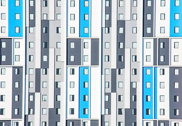 O edifício é lindamente pintado paredes e muitas janelas