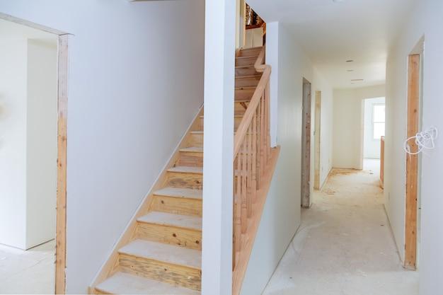 O edifício é uma casa nova para a instalação interior de construção de habitação