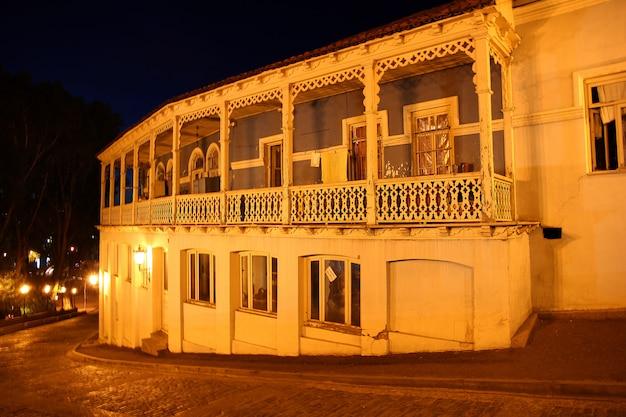 O edifício em tbilisi, geórgia, à noite