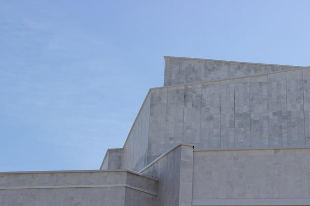 O edifício está contra o céu azul. arquitetura urbana. minimalismo.