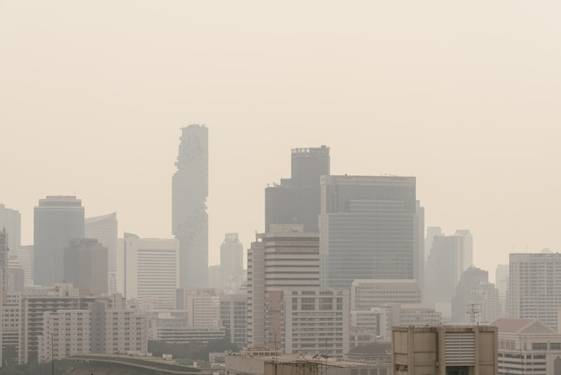 O efeito da poluição do ar fez a baixa arquitetura da cidade da visibilidade com embaçamento e névoa da poeira em banguecoque, tailândia.