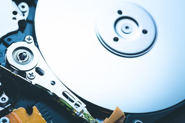 O eixo e a placa abriram o disco rígido da unidade de disco rígido.