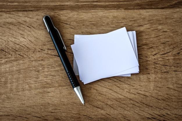 O empilhamento de maquete vazio cartão branco com caneta de elegância