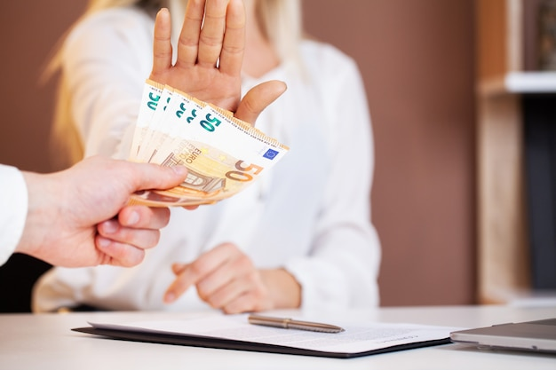 O empregado é subornado por uma assinatura favorável do contrato