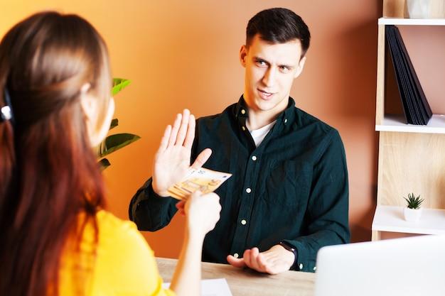 O empregado recebe suborno por assinar um contrato