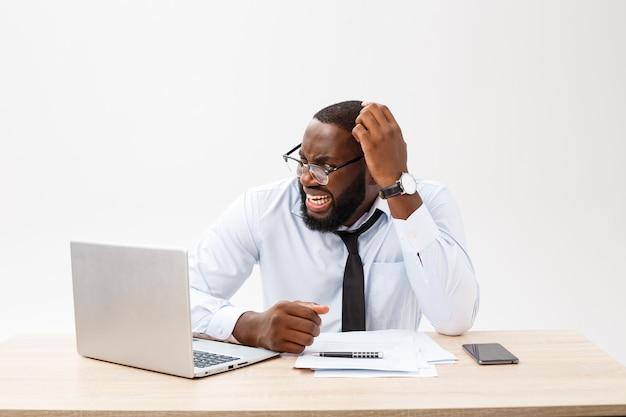 O empresário africano desapontado está confuso e confuso com um erro nos documentos oficiais.