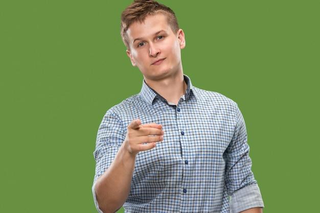 O empresário arrogante apontá-lo e quero você, retrato de closeup meio comprimento sobre fundo verde.
