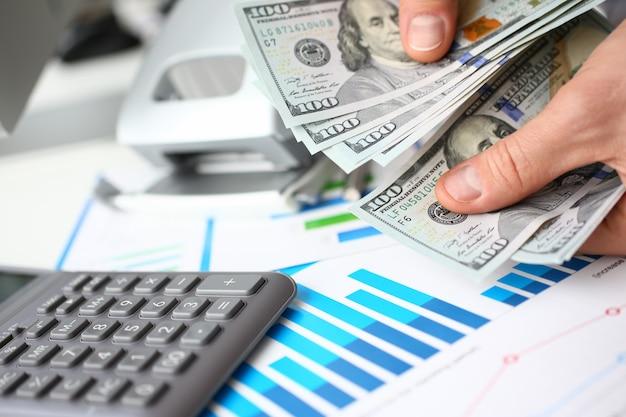 O empresário considera dinheiro dólares no escritório