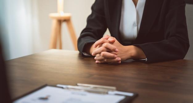 O empresário envia o currículo do empregador para revisar as informações do formulário de emprego