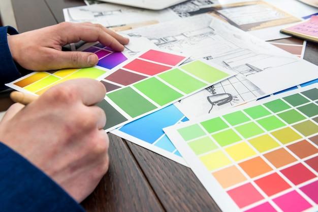 O empresário escolhe a cor de seu apartamento moderno após a reforma. desenho de casa com paleta de cores
