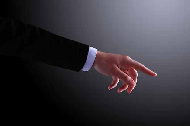O empresário fazendo um gesto