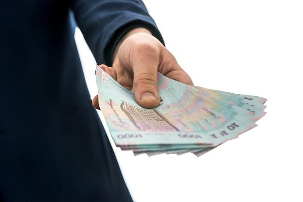 O empresário oferece suborno ou pagamento, isoladamente. uah. 1000 novas notas de dinheiro ucraniano
