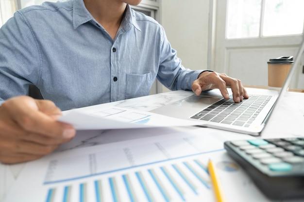 O empresário planeja e analisa os dados de marketing de investimento.