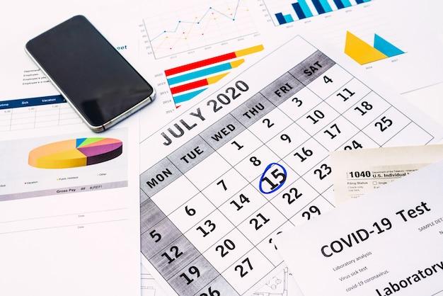 O empresário preenche o formulário 1040 em 15 de julho de 2020 para concluir suas obrigações fiscais.