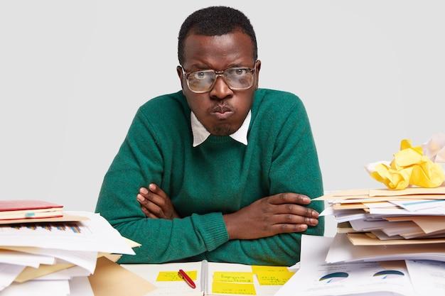 O empresário profissional do sexo masculino insatisfeito se sente cansado de planejar o processo de trabalho, registra informações, tem o caos no local de trabalho