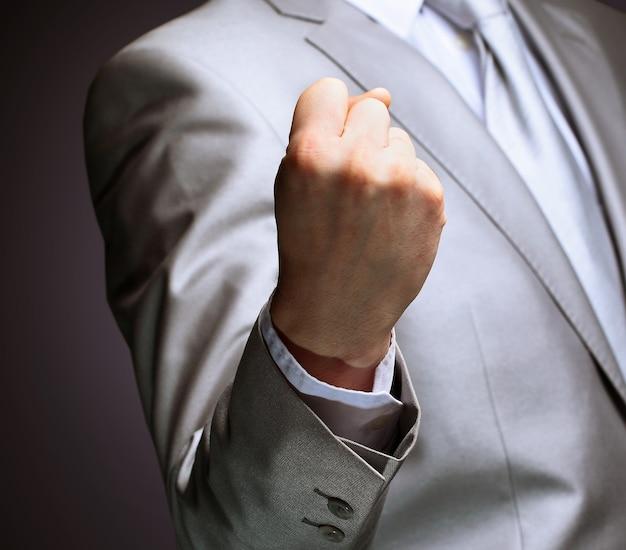 O empresário, um gesto, um dedo.