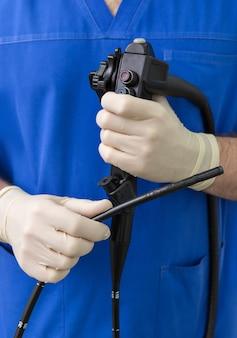 O endoscópio está nas mãos de um médico.