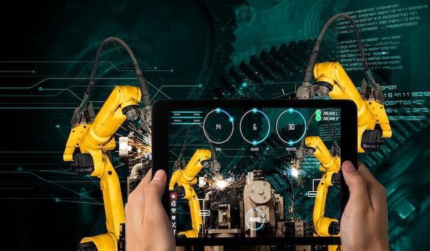 O engenheiro controla os braços robóticos por meio da tecnologia de realidade aumentada da indústria
