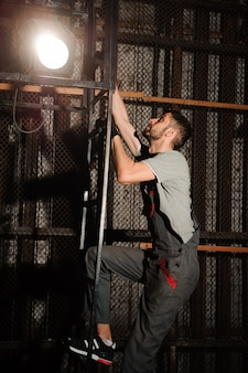 O engenheiro de iluminação ajusta as luzes no palco.