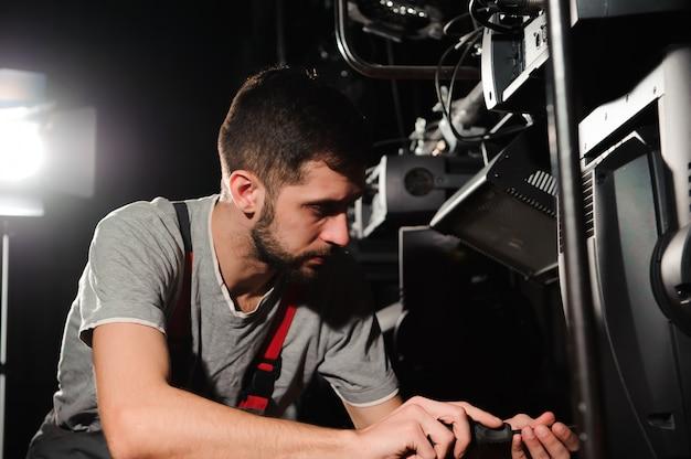 O engenheiro de iluminação ajusta as luzes no palco