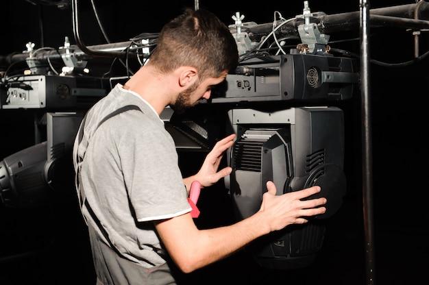O engenheiro de reparo de equipamentos diagnostica a quebra da luz