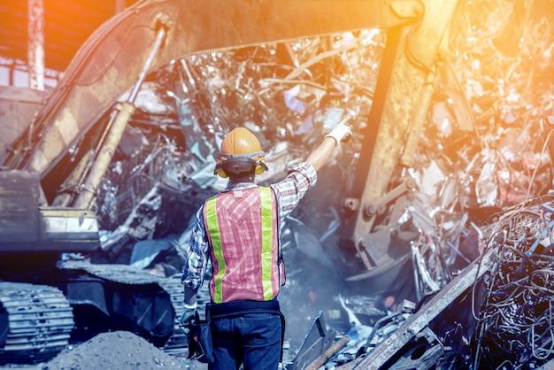 O engenheiro operacional está trabalhando em projetos na fábrica de reciclagem
