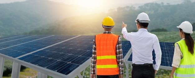 O engenheiro planeja configurar o painel solar do edifício para funcionar com total eficiência. usar células solares é economizar energia e salvar e proteger o meio ambiente. conceitos de energia renovável.
