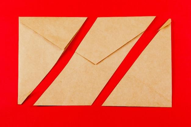 O envelope cinza é cortado diagonalmente em três partes