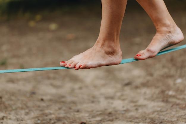 O equilibrista na corda-bamba usa uma tipoia apertada que é fixada nas árvores a baixa altitude.
