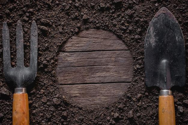 O equipamento de criação de caranguejo de veado está em um barro e tem uma área vazia de madeira velha no meio