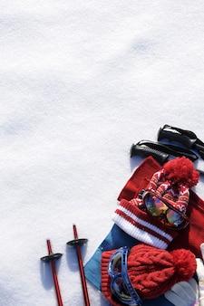 O equipamento de esqui e roupas com neve