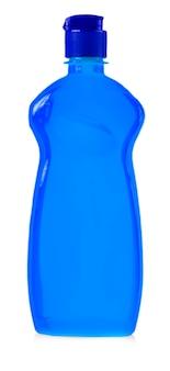 O equipamento de limpeza azul isolado em um fundo branco. garrafas de plástico coloridas com detergente isolado no fundo branco.