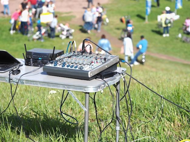 O equipamento é um dj móvel em um parque.
