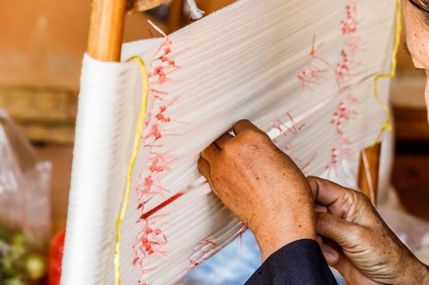O equipamento utilizado na produção de mão tradicional índigo tingido de pano na tailândia.