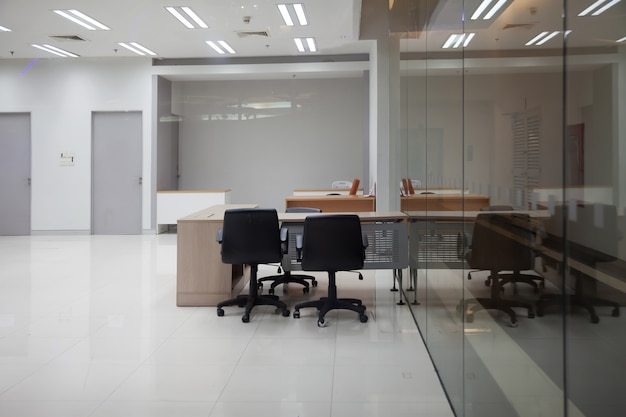 O escritório está vazio e tem um grande vidro transparente que pode ser visto no interior.