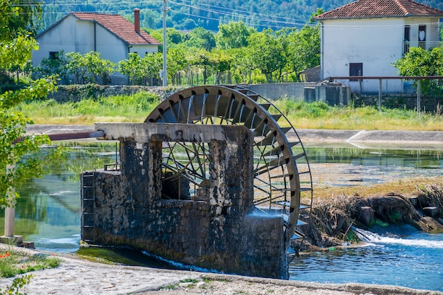 O esgoto flui através do canal através da vila, prejudicando o meio ambiente.