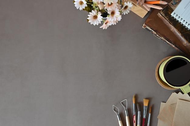 O espaço de trabalho da opinião superior do trabalho de mesa registra o café, decoração da flor no espaço da cópia da mesa de escritório.