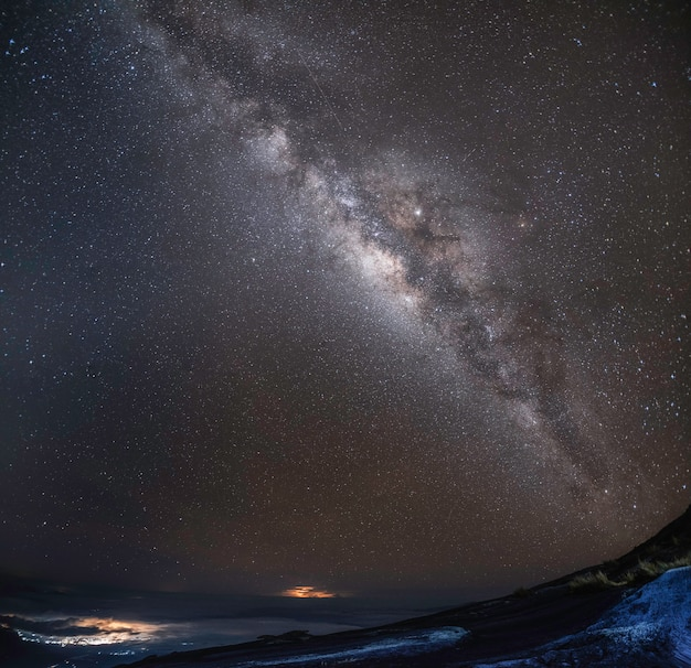 O espaço do universo da opinião do panorama disparou da galáxia da via látea com estrelas em um céu noturno.